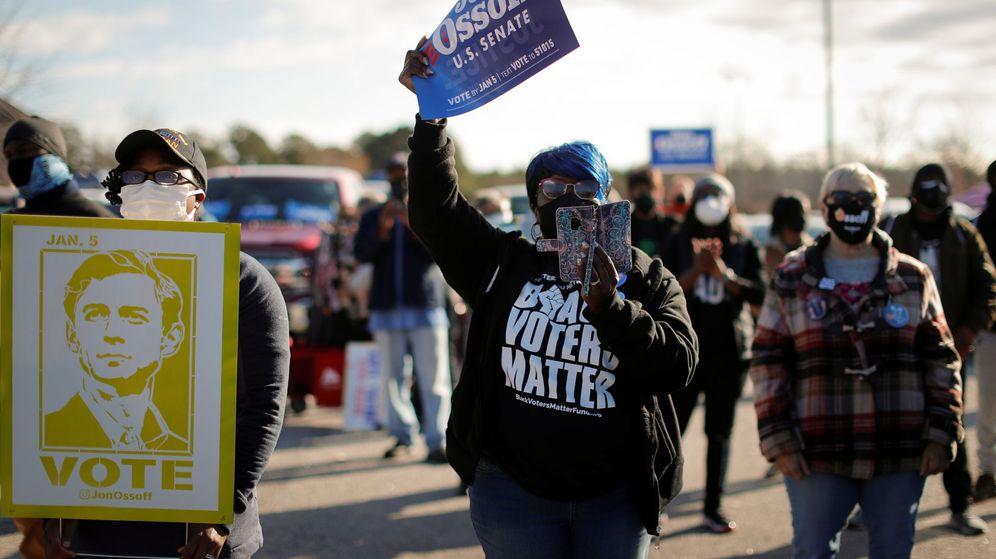 Foto: Partidarios del candidato demócrata al Senado por Georgia Jon Ossoff muestran su respaldo.
