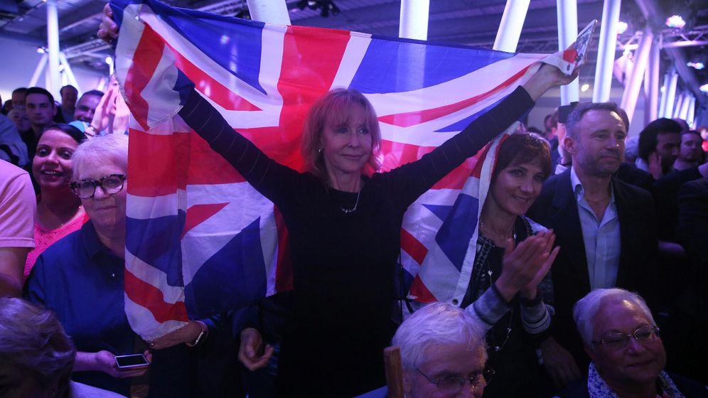 Foto: Una partidaria del Brexit levanta una bandera británica durante un acto pro-salida de la UE en Londres, el 4 de junio de 2016. (Reuters)