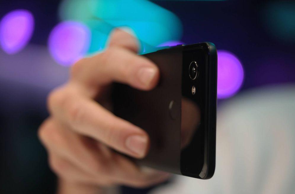 Foto: Colocando dos dedos en la parte trasera, reduciremos la vibración a la hora de disparar la foto. (M. MC.)