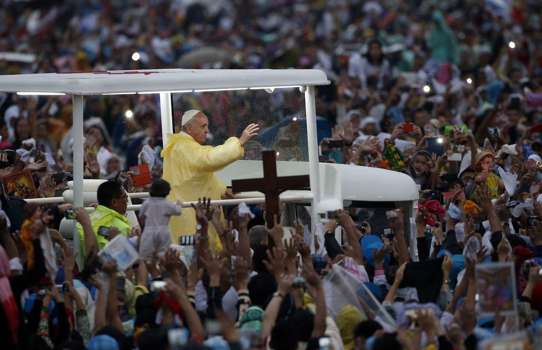 Foto: El Papa Francisco saluda a la multitud durante su reciente visita a Manila (Reuters).