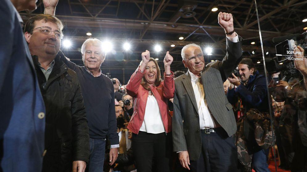 Foto: La presidenta de la Junta de Andalucía, Susana Díaz, junto a Felipe González, Alfonso Guerra y el presidente de Extremadura, Guillermo Fernández Vara. (Efe)