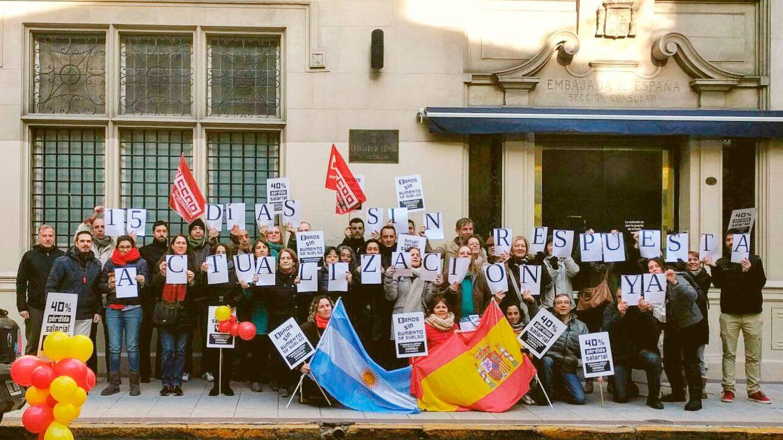 """Clamor en el consulado de España en Argentina: """"Con estos salarios somos pobres"""""""