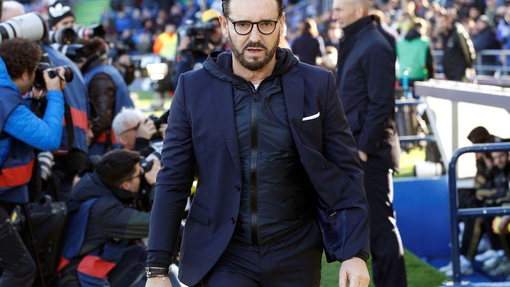 Foto: Bordalás, entrenador del Getafe, se dirige al banquillo. (Efe)