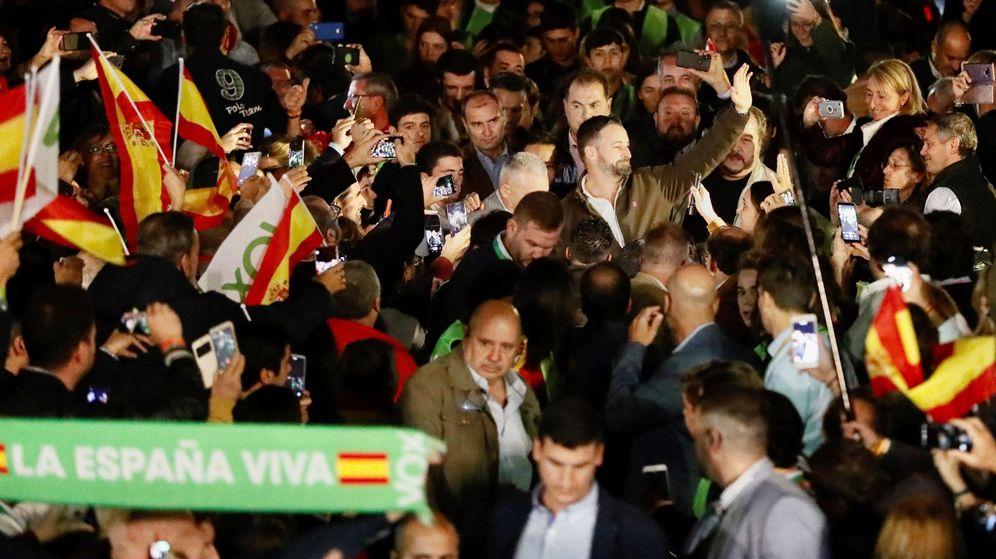 Foto: El presidente de Vox, Santiago Abascal (c), durante un acto electoral de la formación n Dos Hermanas (Sevilla). (EFE)