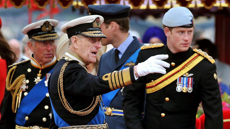 El príncipe Harry, con su padre y su abuelo hace nueve años. (Reuters)