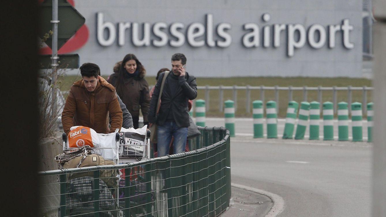 Foto: Desalojo de los pasajeros que ocupaban el aeropuerto de Bruselas (EFE)