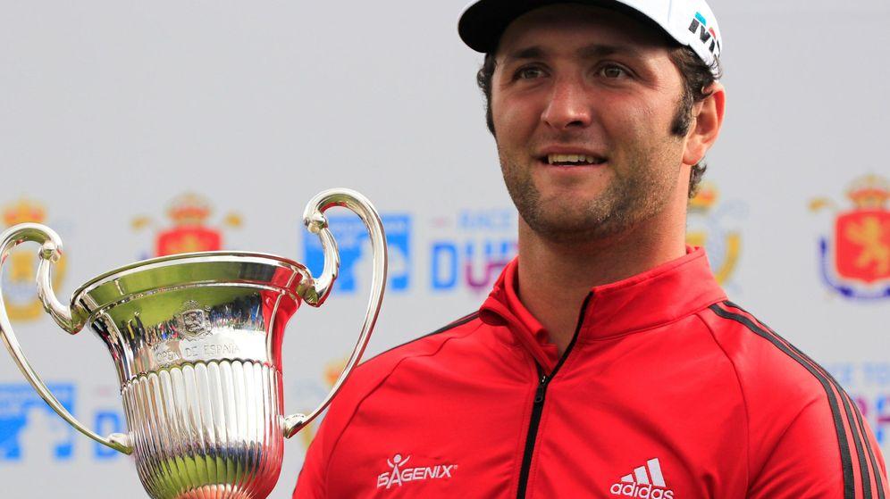Foto: Jon Rahm con la copa de ganador del Abierto de España de golf disputado en Madrid. (EFE)