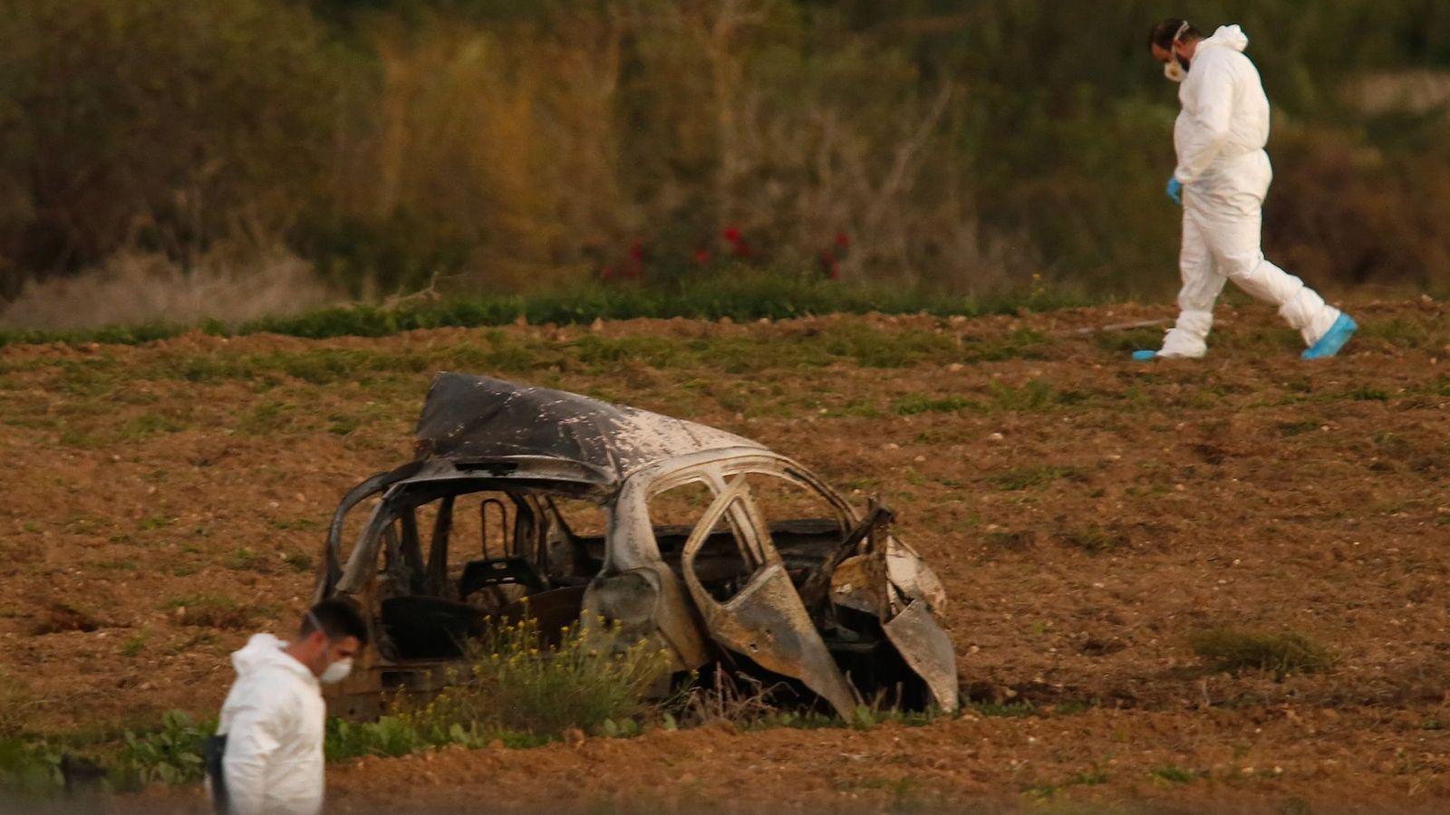 Foto: Los forenses en el campo donde una poderosa bomba voló el coche donde viajaba Daphne Caruana Galizia (REUTERS)