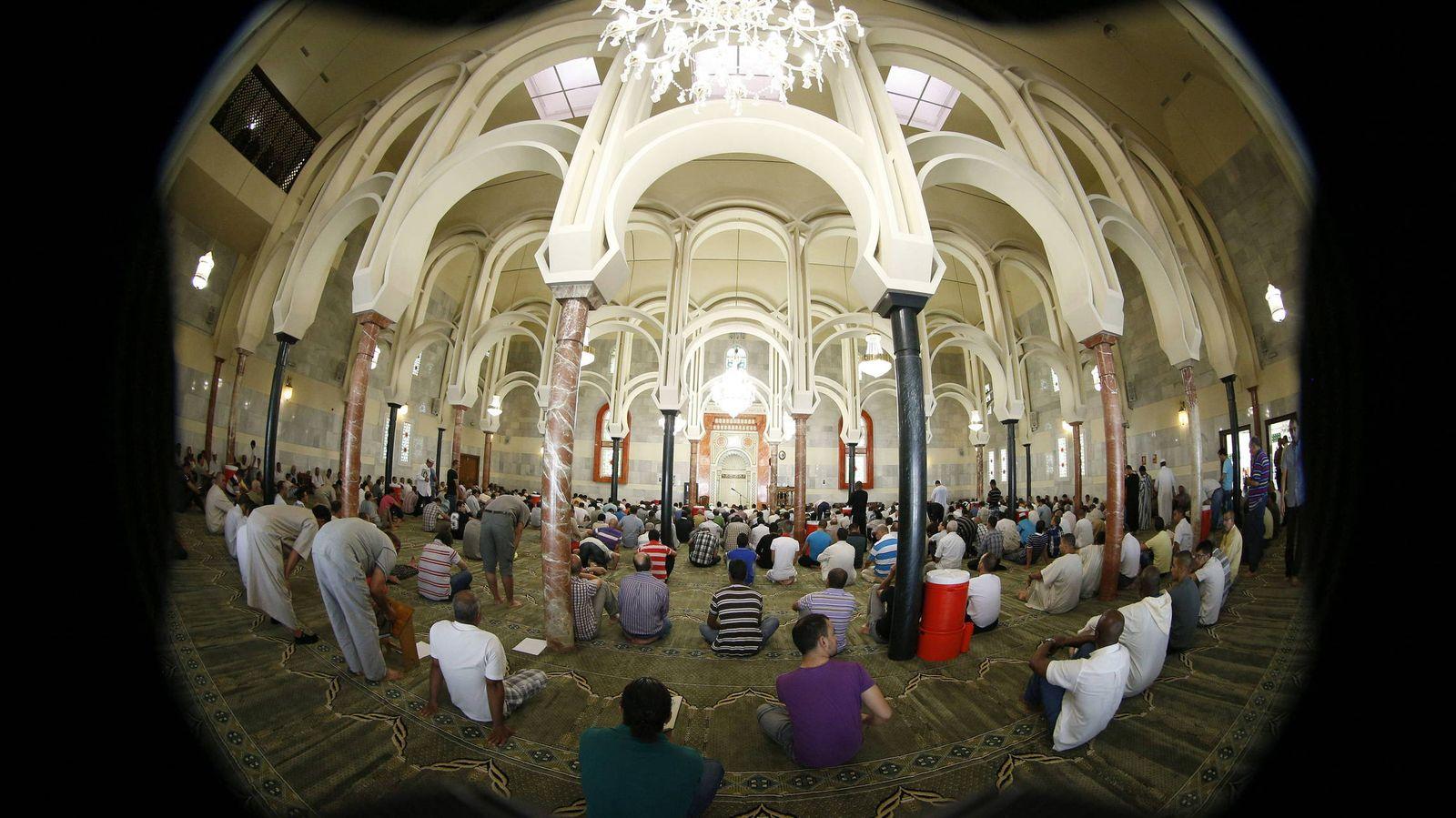 Foto: Un grupo de musulmanes reza en el interior de la mezquita de la M-30 en Madrid. (EFE)