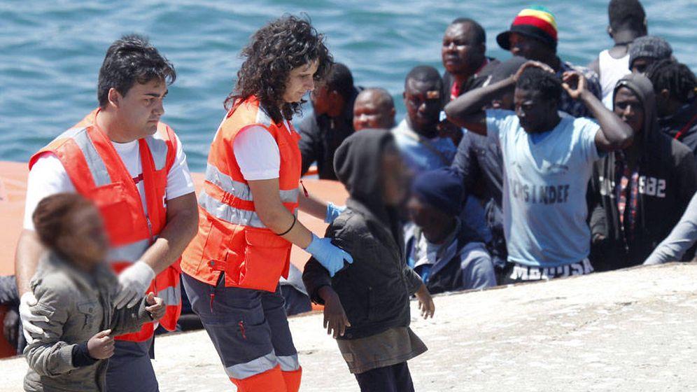 Foto: Menores no acompañados llegando a aguas andaluzas. (EFE)