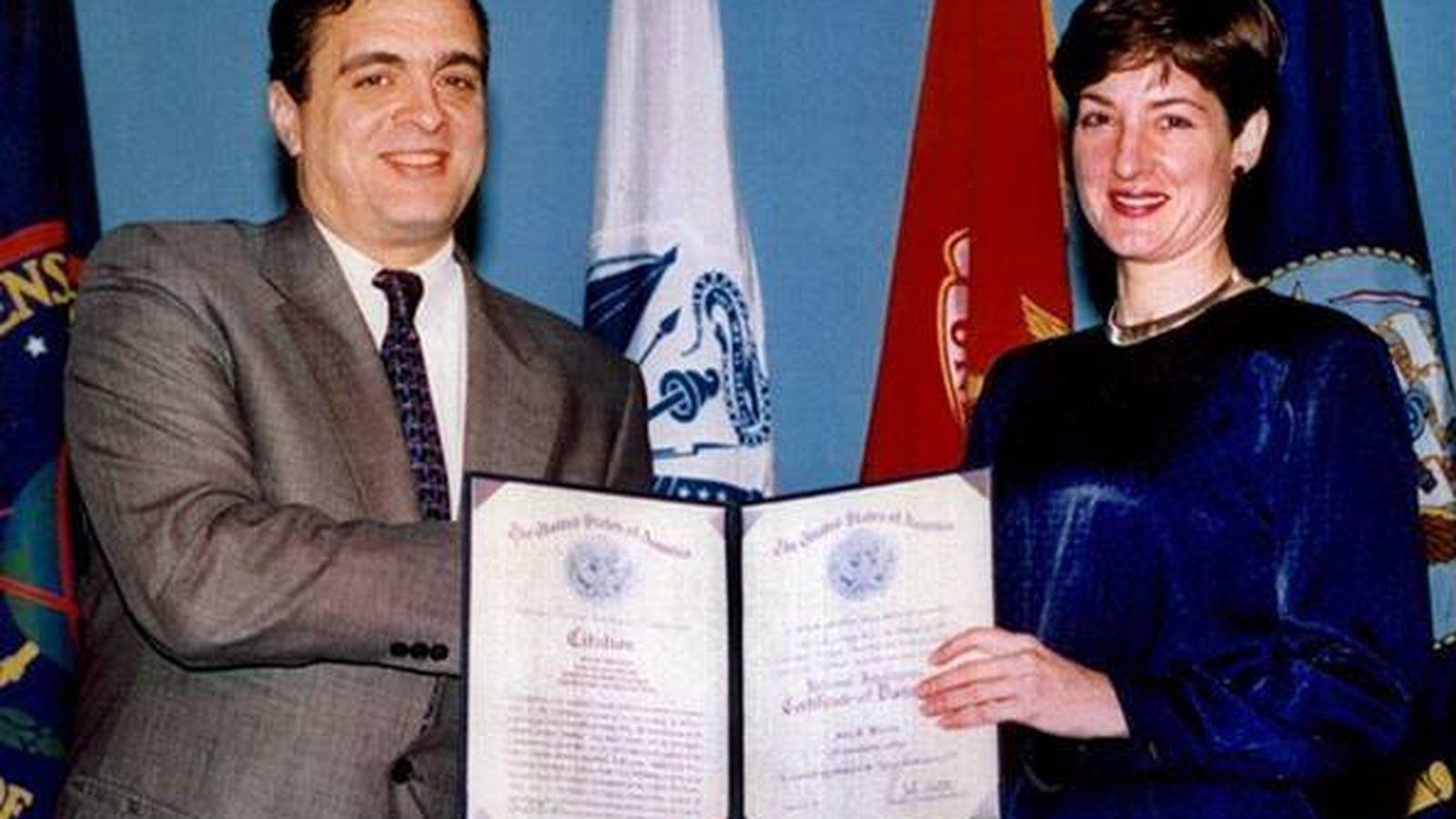 Foto: Ana Belén Montes recibe un galardón de manos del director de la CIA, George Tenet, en 1997 (Foto: Wikimedia Commons)