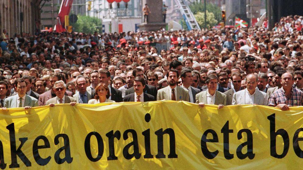Foto: Aznar lidera la manifestación masiva que tuvo lugar el 12 de julio de 1997 en Bilbao contra ETA y para pedir la liberación de Miguel Ángel Blanco. (Reuters)