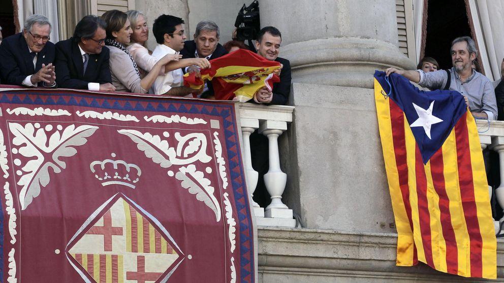 Colau promete a los municipios por la independencia debatir la unión de BCN