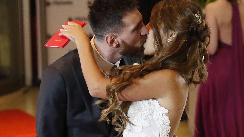 -FOTODELDÍA- BAS028. ROSARIO (ARGENTINA), 30 06 2017.- El jugador argentino Lionel Messi (i) besa a su esposa Antonella Rocuzzo tras casarse hoy, viernes 30 de junio de 2017, en Rosario (Argentina). EFE David Fernández