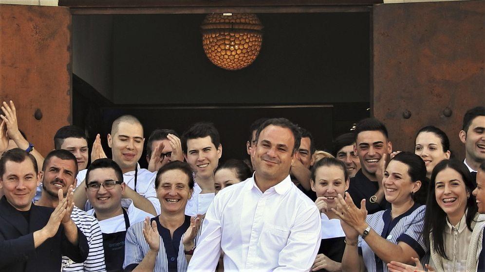 Foto: El chef Ángel León junto a sus trabajadores en Aponiente. (EFE)