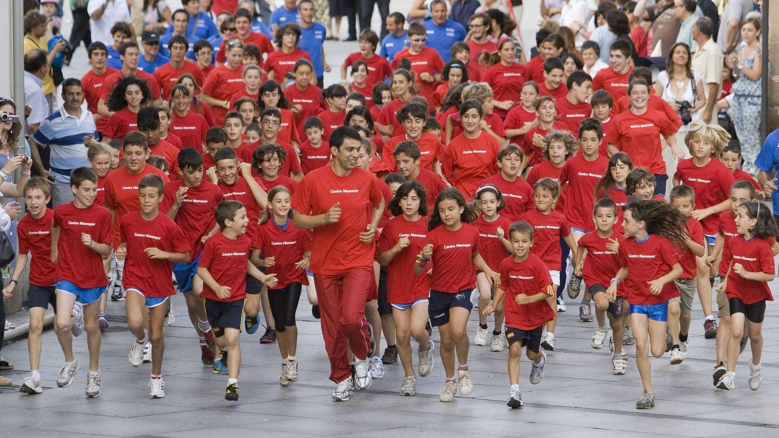 Foto: El atleta marroquí campeón olímpico Hicham El Guerrouj durante su participación en un encuentro con niños de entre 6 y 14 años en 2010 (EFE)