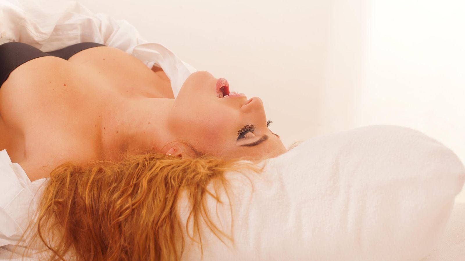 Foto: El truco de la almohada para elevar ligeramente a la mujer durante la penetración, no falla. (iStock)