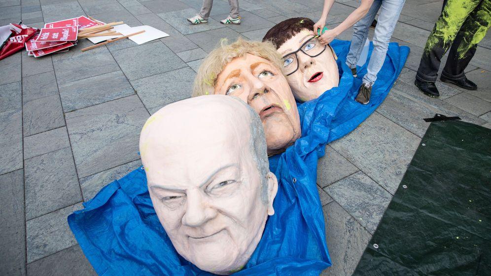Foto: Máscaras de Olaf Scholz, Angela Merkel y Annegret Kramp-Karrenbauer. (EFE)