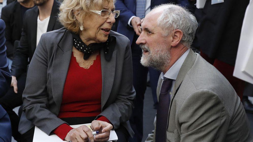 Foto: Manuela Carmena conversa con el coordinador general de la alcaldía y vicepresidente de Madrid Destino, Luis Cueto, durante una presentación. (EFE)