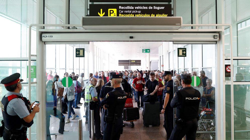 Foto: Agentes de la Policía Nacional desplegados en el Aeropuerto de El Prat. (EFE)
