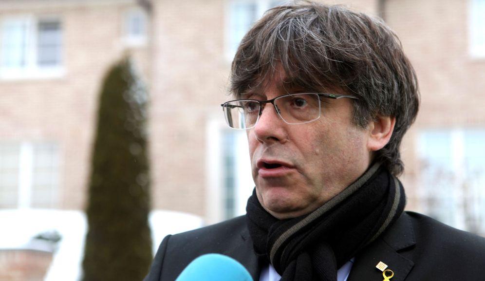 Foto: El expresidente de la Generalitat Carles Puigdemont hace declaraciones a los medios a las puertas de su casa de Waterloo (Bélgica). (EFE)
