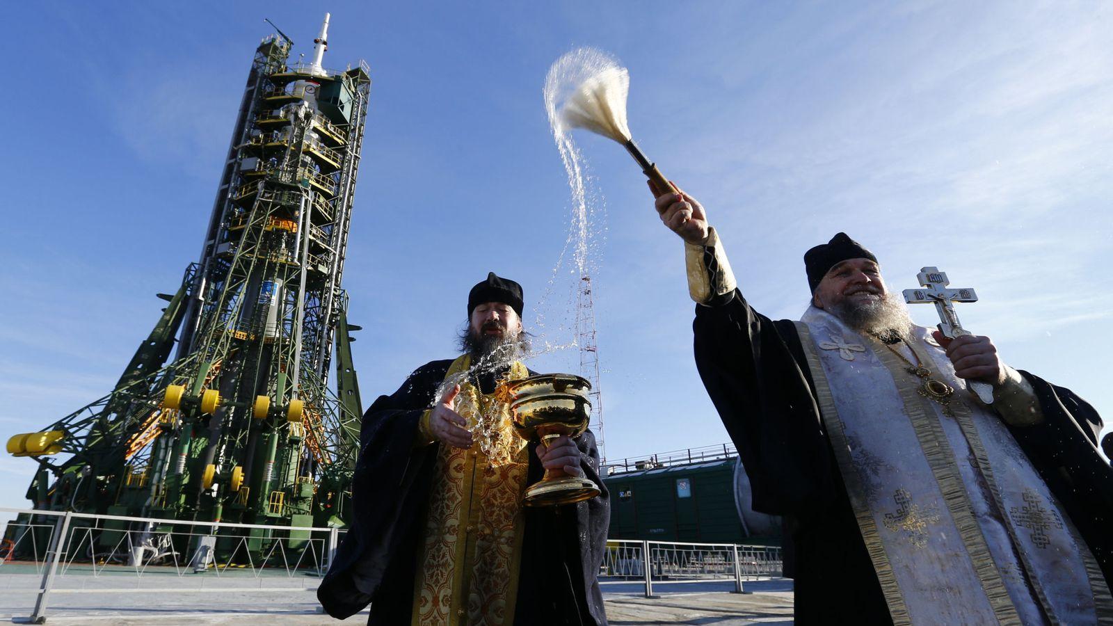 Foto: Un sacerdote ortodoxo oficia una ceremonia frente a la nave Soyuz TMA-19M en la estación de Baikonur, Kazajistán, el 14 de diciembre de 2015. (Reuters)
