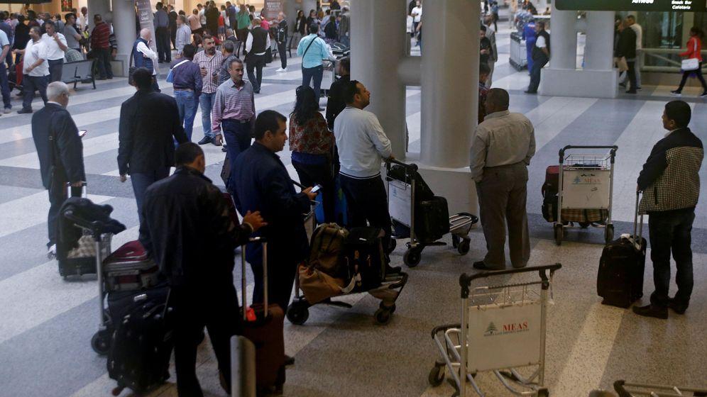 Foto: Pasajeros en el aeropuerto internacional de Beirut, el 9 de noviembre de 2017. (Reuters)