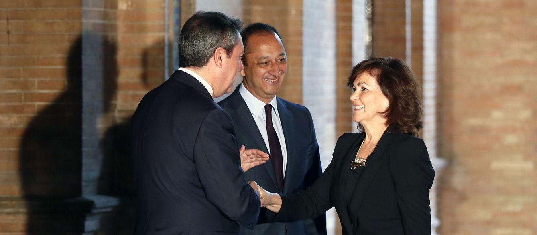 Foto: Carmen Calvo saluda al alcalde de Sevilla, Juan Espadas, y al delegado del Gobierno en Andalucía, Alfonso Rodríguez Gómez de Celis, este 26 de octubre antes del Consejo de Ministros. (EFE)