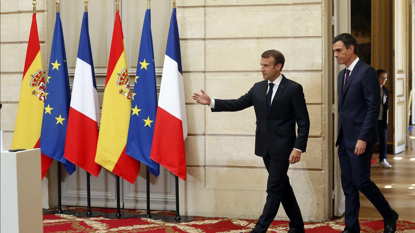 Foto: Emmanuel Macron y Pedro Sánchez, dirigiéndose a su rueda de prensa conjunta en el Elíseo, este 23 de junio en París. (Reuters)