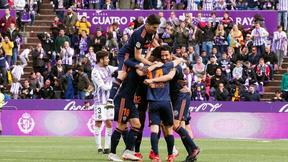 Foto: Los jugadores del Valencia celebran la victoria en Valladolid. (EFE)