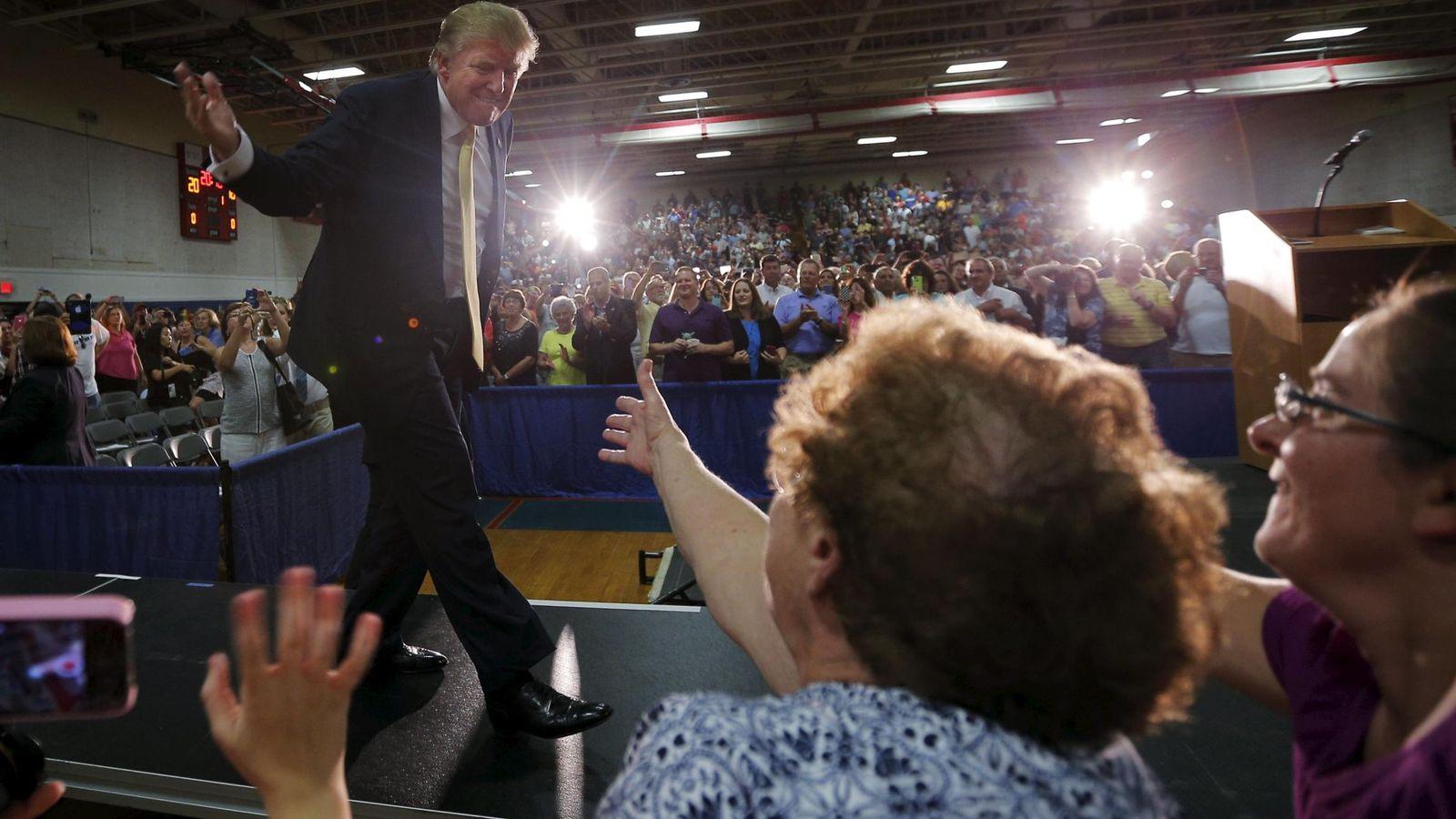 Foto: El candidato presidencial republicano Donald Trump saluda a simpatizantes durante un mitin en Rochester, New Hampshire (Reuters).