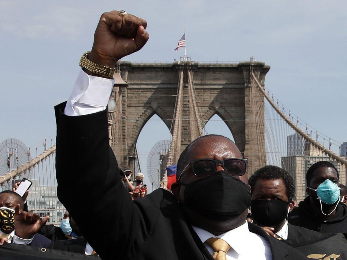 Foto: Manifestantes en el puente de Brooklyn. (EFE)
