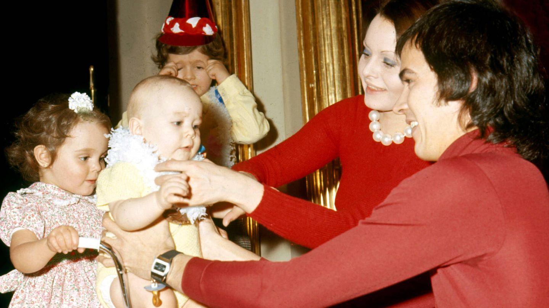 Rocío Dúrcal y Junior, con sus tres hijos. (Getty)