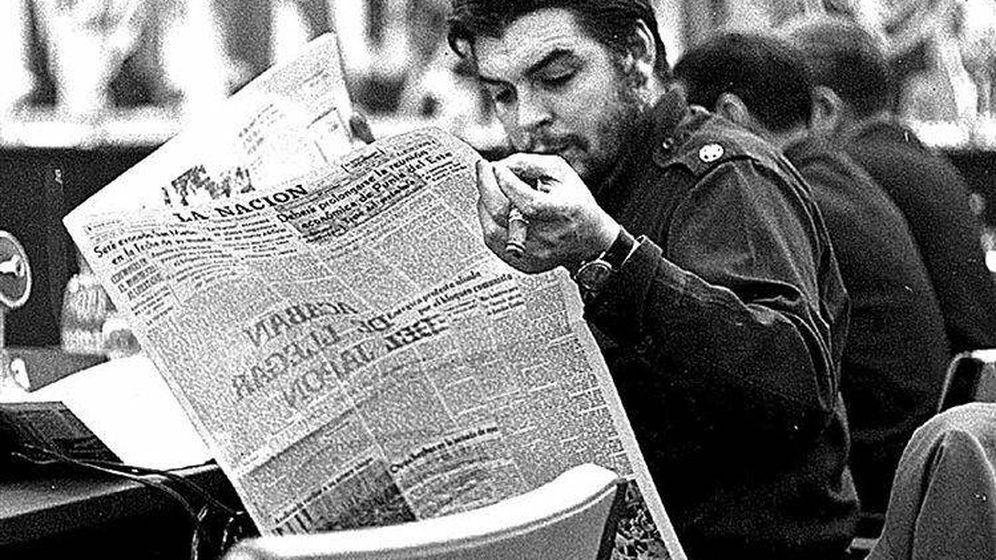 Foto: Ernesto 'Che' Guevara, leyendo el diario 'La Nación'