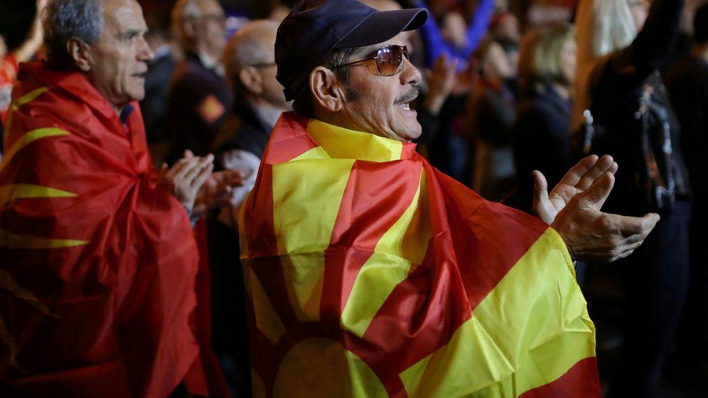 Foto: Un macedonio del norte en una protesta. (Reuters)