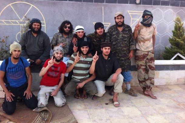 Foto: El yihadista apodado 'Kokito Castillejos' (c) en una imagen con otros combatientes en Siria.