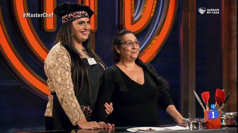 Saray y su madre, en las cocinas de 'Masterchef 8'. (TVE)