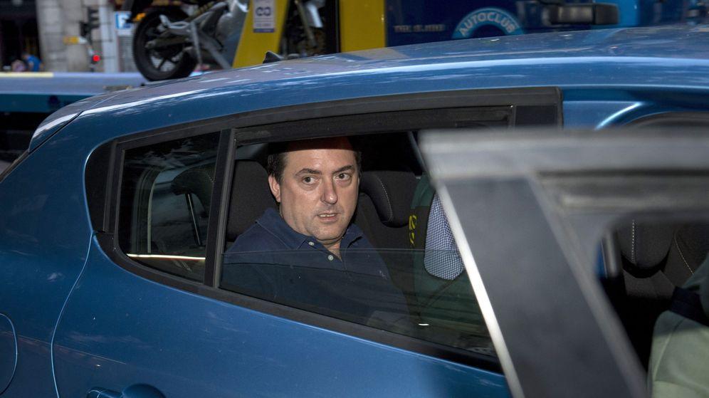Foto: Gorka Villar, tras salir del registro de su despacho. (EFE)