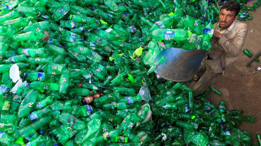 Foto: Un empleado recoge botellas en un taller de reciclaje de Islamabad. (Reuters)