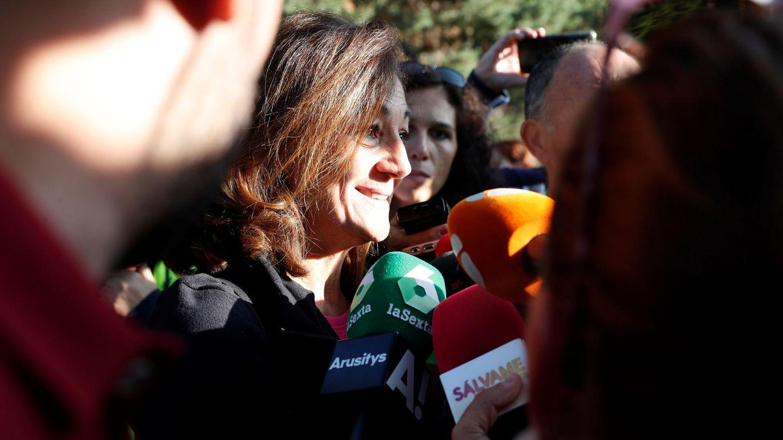 Lola Fernández Ochoa, de gran parecido físico con su hermana, atiende a los medios. (EFE)