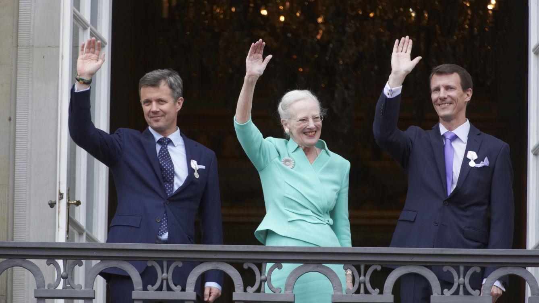 Foto: La reina Margarita junto a sus dos hijos, Federico y Joaquín (Gtres)