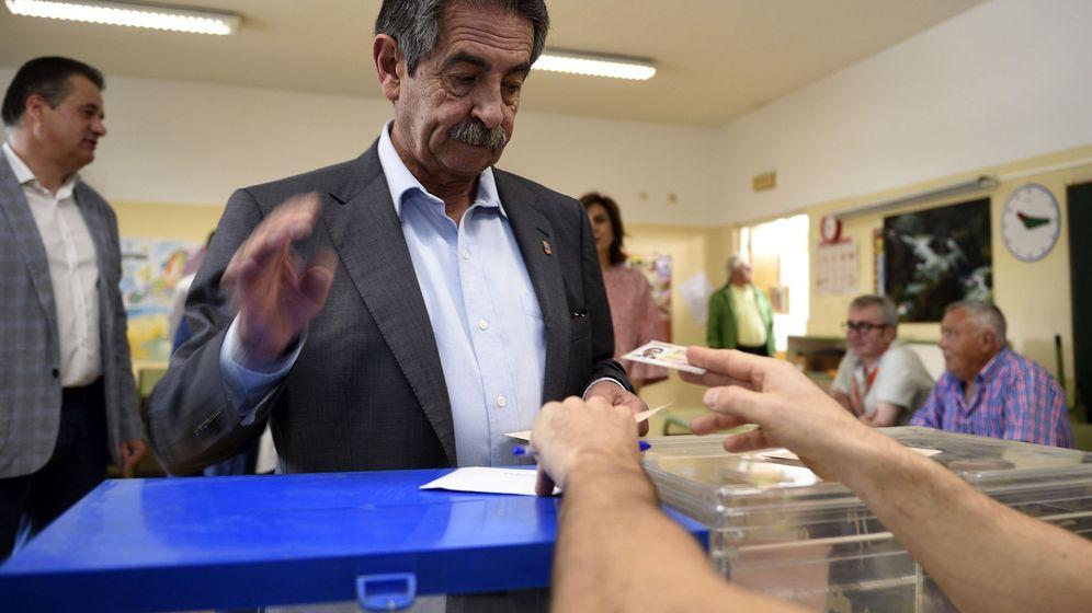 Foto: El presidente de Cantabria, Miguel Ángel Revilla, deposita su voto en el colegio Fernando de los Ríos, en El Astillero, Cantabria (EFE)