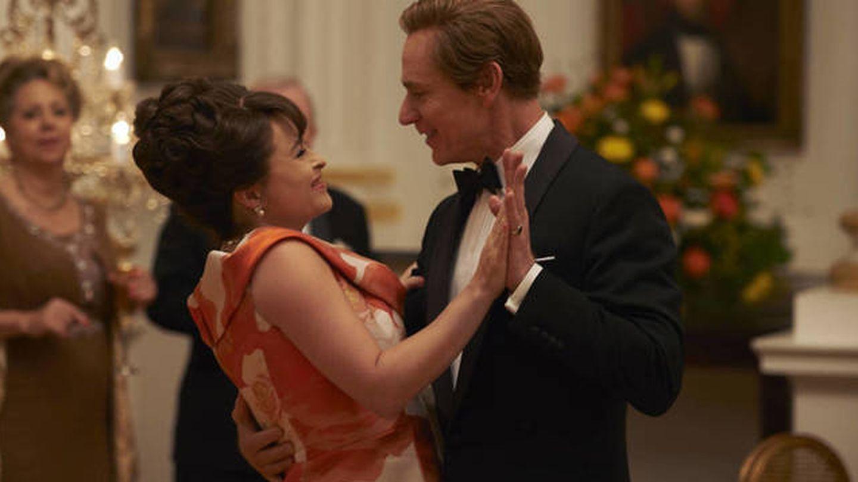 Helen Bonham Carter y Ben Daniels, en 'The Crown'. (Netflix)