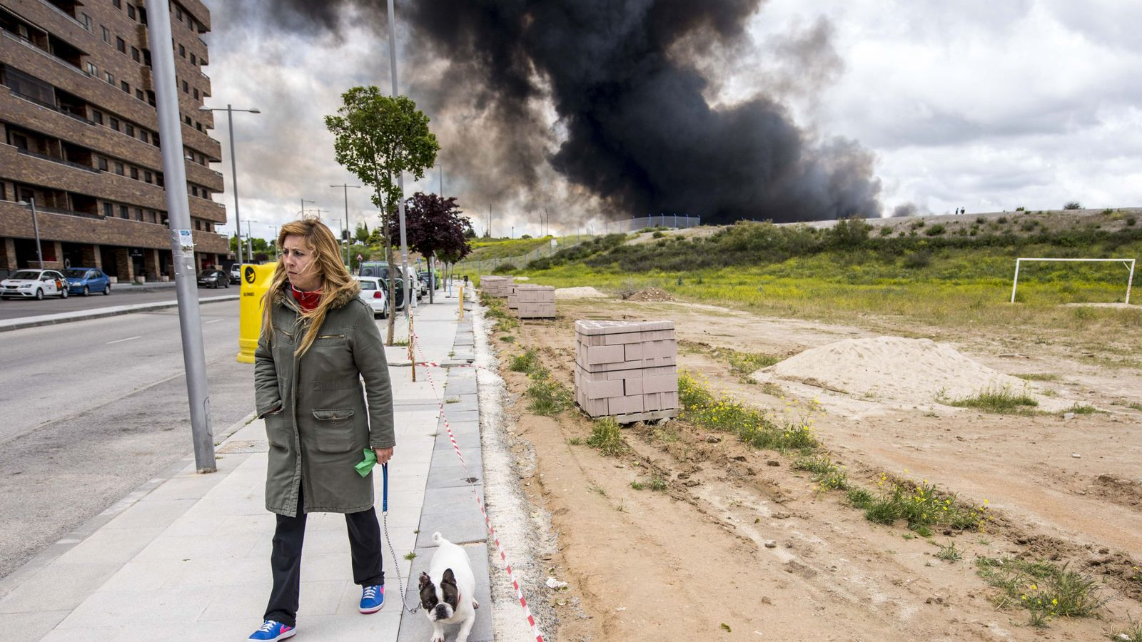 Foto: Vecinos de la urbanización El Quiñón, construida junto al vertedero de neumáticos.