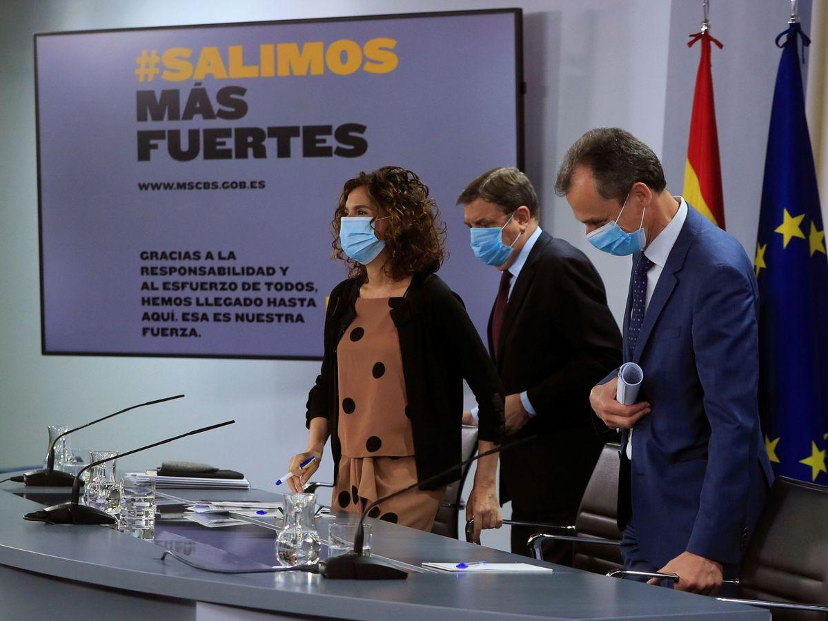 Foto: Los ministros de Hacienda, Agricultura y Ciencia, María Jesús Montero, Luis Planas y Pedro Duque, este 30 de junio. (EFE)