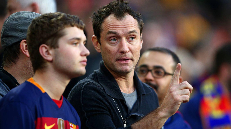 Jude Law y su hijo Rafferty, viendo un Barça-Real Madrid en el Camp Nou. (Getty)
