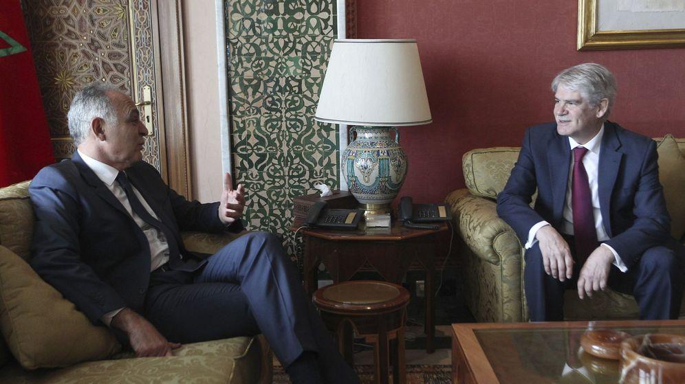 Foto: El ministro español de Exteriores, Alfonso Dastis (d) conversa con homólogo marroquí Salahedín Mezuar (i), en Rabat. (EFE)