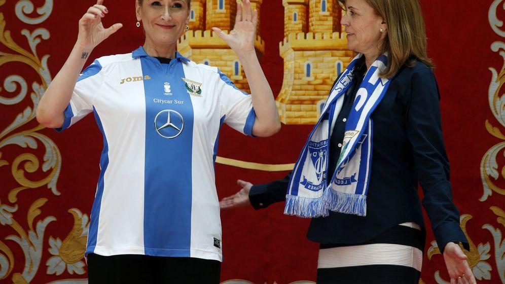 Foto: Cristina Cifuentes posa con la camiseta del Leganés puesta (JJ Guillén/EFE)