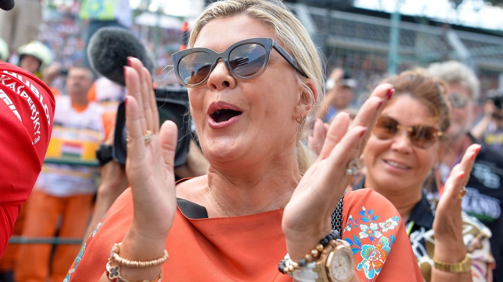 Foto: Corinna Schumacher aplaudiendo la victoria de su hijo, Mick. (EFE)
