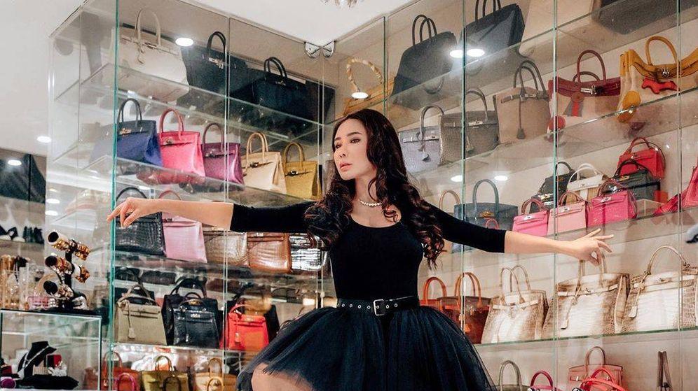 Foto: Jamie Chua posa con su colección de bolsos Hermès. (Instagram @ec24m)